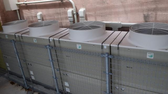 今般、空調設備はエコ環境への取り組みにより冷媒規格が変更されています。古い空調設備を長持ちさせるのは、点検と清掃にかかっています。また、清掃により空調機への負担が軽くなり電気代の節約にもなります。
